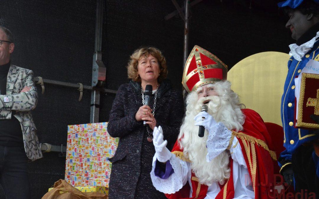 Sinterklaas per trein in Stadskanaal aangekomen