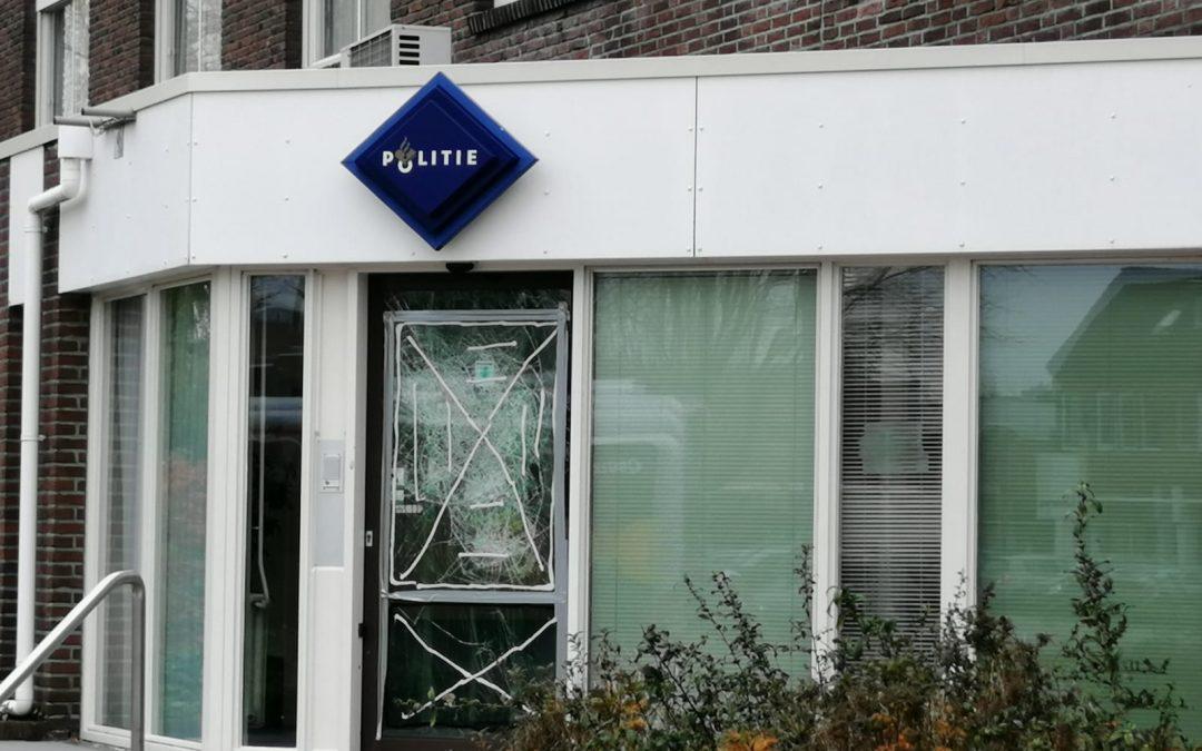 Man (23) aangehouden voor vernieling deur politiebureau