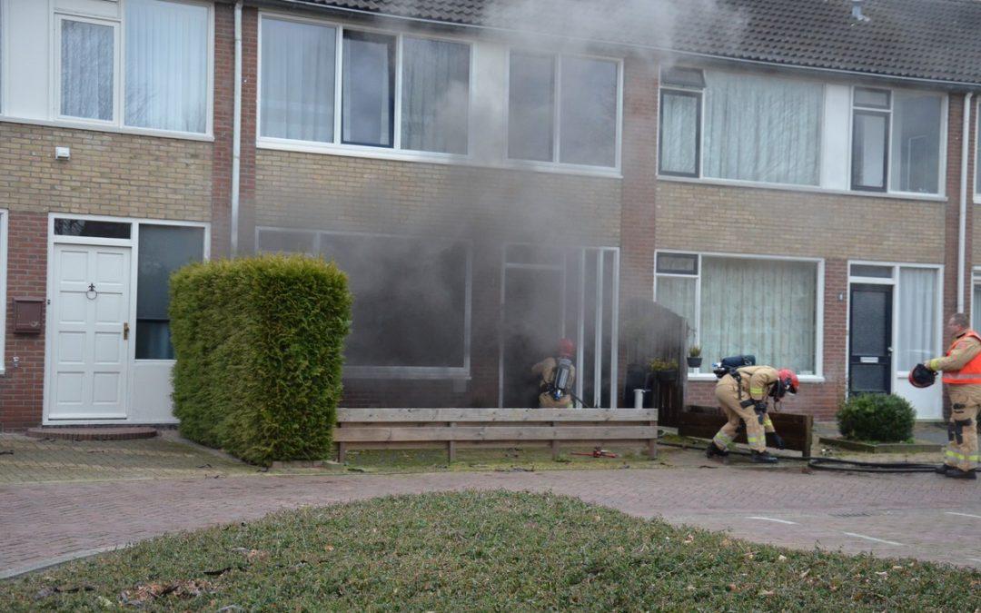 Buitenbrand slaat over op woning