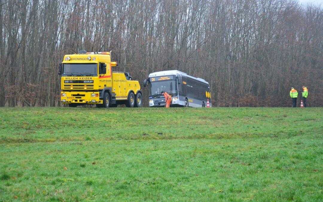 Lijnbus in de berm bij Nieuw-Buinen
