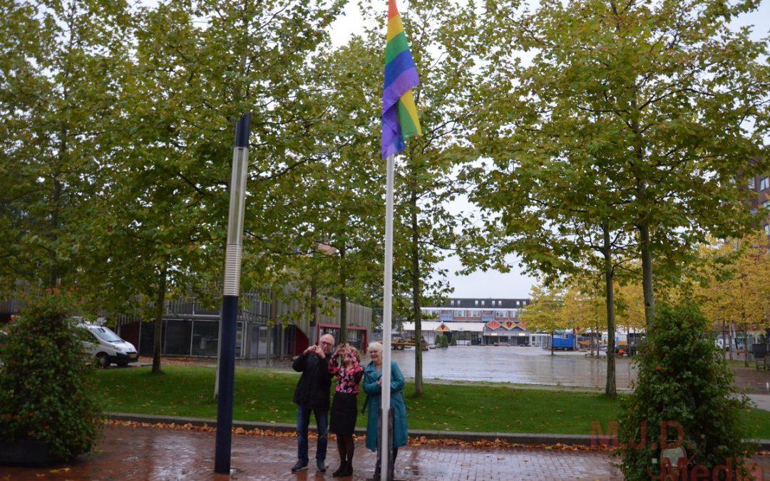 Burgemeester hijst regenboogvlag in Stadskanaal