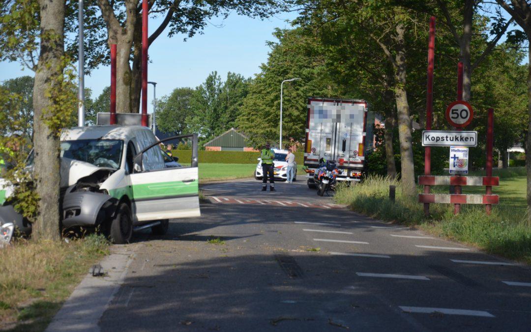 Busje botst tegen boom na botsing met vrachtwagen