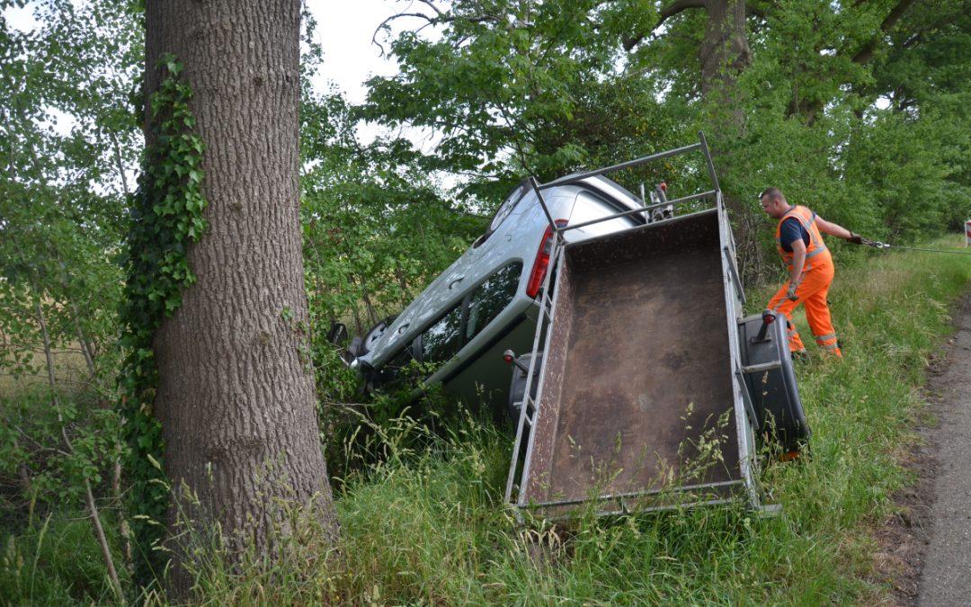 Auto slaat over de kop bij Vlagtwedde